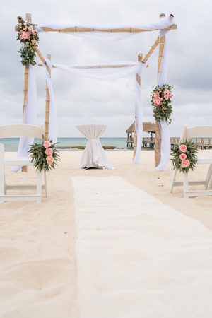 Photo pour Romantic decoration with pavilion of a beach wedding on the beach with sea in the background - image libre de droit