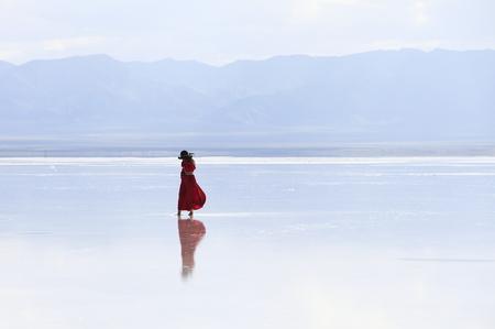 Photo pour a woman on salt lake - image libre de droit