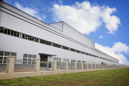 Photo pour white modern factory building - image libre de droit