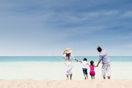 Photo pour Happy family at whitehave beach, Australia - image libre de droit