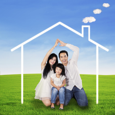 Photo pour Father and mother made a dream house from their hands - image libre de droit