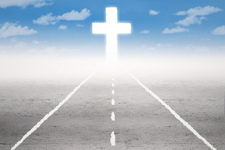 Photo pour Empty road with a cross on the end of the road - image libre de droit