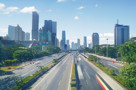 Photo pour JAKARTA, Indonesia. September 06, 2017: busy highway and office building in the downtown - image libre de droit
