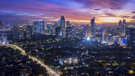 Photo pour Beautiful landscape of downtown with skyscrapers at nightfall in Jakarta, Indonesia - image libre de droit