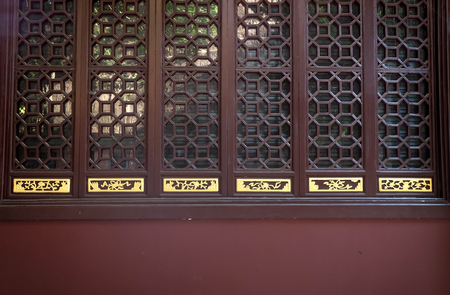 Photo pour Oriental old Chinese wooden carved door with traditional pattern at an ancient. - image libre de droit