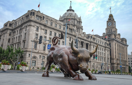 Foto de SHANGHAI - JUN 22 , 2018: Bronze bull on The Bund in Shanghai, Iron bull statue out front of Chinese banks on the Bund, Shanghai - Imagen libre de derechos