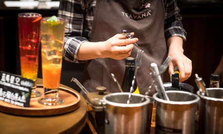 Foto de SHANGHAI, CHINA - JANUARY 11, 2020: A Starbucks barista making coffee for their customer at the Starbucks Reserve Roastery in Shanghai. The second largest in the world. - Imagen libre de derechos