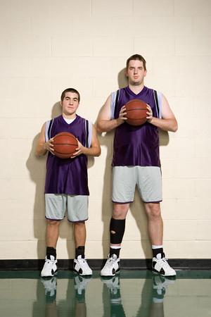 Foto de Tall and short basketball players - Imagen libre de derechos