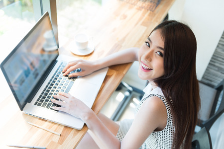 Foto de Beautiful business woman using a laptop computer - Imagen libre de derechos