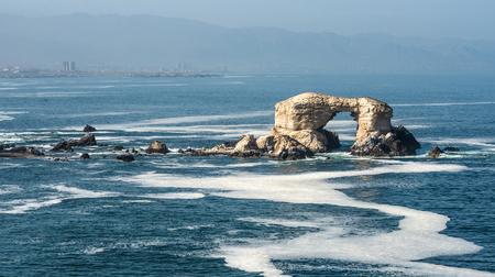 Foto de Portada (Arch) Rock Formation, Chilean Coastline, La Portada National Reserve, Antofagasta, Chile - Imagen libre de derechos
