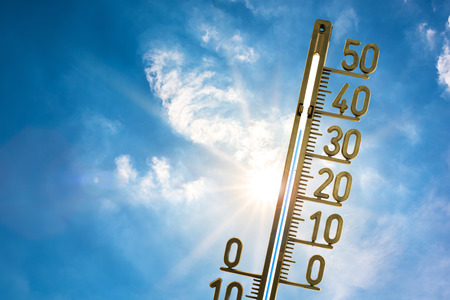 Foto de Thermometer with bright sun and blue sky - Imagen libre de derechos
