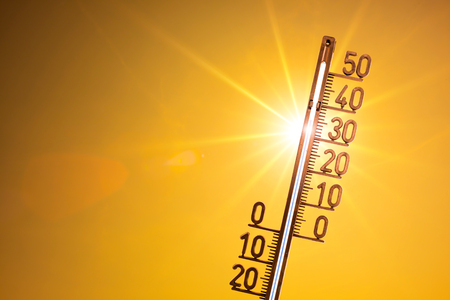 Foto de Hot summer or heat wave background, bright sun with thermometer - Imagen libre de derechos