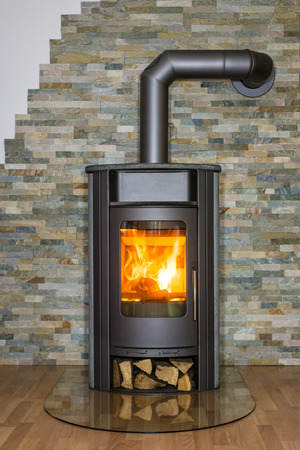 Photo pour Roaring fire inside woodburning stove in living room - image libre de droit