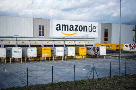Foto de base of online trader Amazon in Germany (Koblenz) at stormy day - Imagen libre de derechos