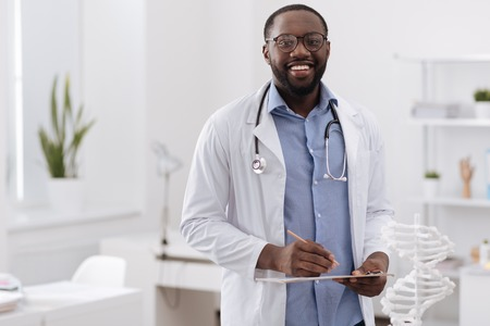Foto de Handsome professional doctor looking at you - Imagen libre de derechos