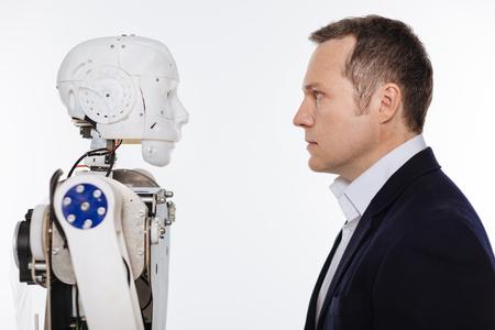 Foto de Developer and the robot staring on each other - Imagen libre de derechos