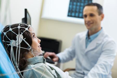Foto de Medical specialist carrying out electroencephalographic diagnostics of patient - Imagen libre de derechos