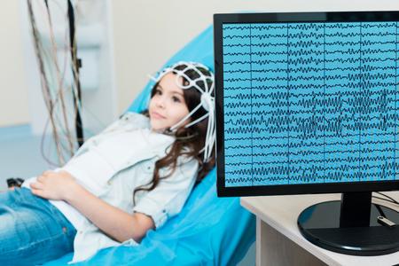 Foto de Little girl having her brain waves recorded via electroencephalograph - Imagen libre de derechos