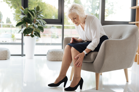 Photo pour Unhappy cheerless woman looking at her legs - image libre de droit