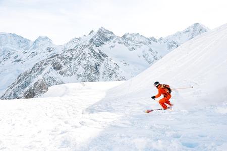 Photo pour Ski athlete in a fresh snow powder rushes down the snow slope - image libre de droit