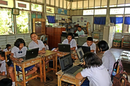Photo pour UDONTHANI, THAILAND – DECEMBER 21, 2018 :  Asian countryside students,  they are studying in their classroom,  see them at BAN DONG NOI school in UDONTHANI province THAILAND. - image libre de droit