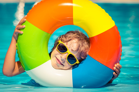Photo pour Happy child playing in swimming pool. Summer vacation concept - image libre de droit