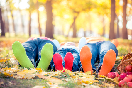 Photo pour Happy family having fun outdoors in autumn park - image libre de droit