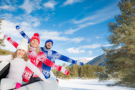 Photo pour Happy family travel by car. People having fun in the mountains. Father, mother and child on winter vacation. Healthy active lifestyle concept - image libre de droit