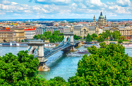 Foto de Chain bridge on Danube river in Budapest city, Hungary. Urban landscape panorama with old buildings and domes of opera buildings - Imagen libre de derechos
