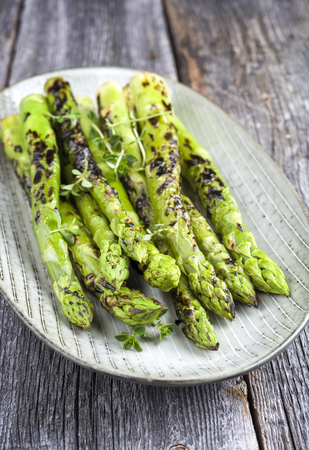 Foto de Barbecue green Asparagus as close-up on a plate - Imagen libre de derechos