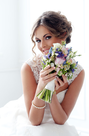 Photo pour Wedding  Beautiful bride with bouquet - image libre de droit