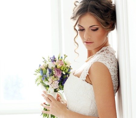 Foto de Wedding  Beautiful bride with bouquet - Imagen libre de derechos