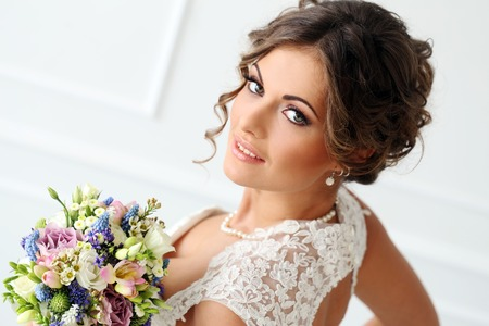 Photo pour Wedding  Attractive bride with bouquet - image libre de droit