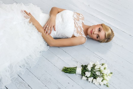 Photo pour Wedding  Attractive bride with beautiful bouquet - image libre de droit