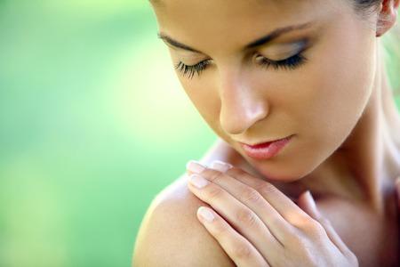Photo pour Beautiful young caucasian woman on a green background - image libre de droit