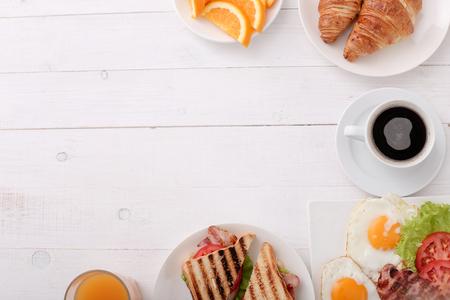 Photo pour Delicious breakfast on the table - image libre de droit