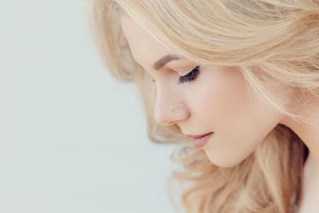 Photo pour Beautiful woman with blonde hair - image libre de droit