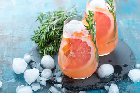 Photo pour Grapefruit and rosemary gin cocktail, refreshing drink with ice - image libre de droit