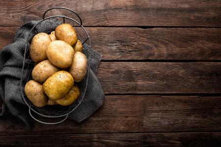 Foto de Raw potato on wooden background, top view - Imagen libre de derechos