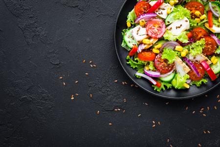 Photo pour Vegetable salad with chicken meat. Salad with chicken breast and raw vegetables - image libre de droit