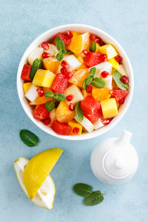 Foto de Healthy vegetarian fresh fruit salad with apple, pear, tangerine, grapefruit, mango, pomegranate and lemon juice - Imagen libre de derechos