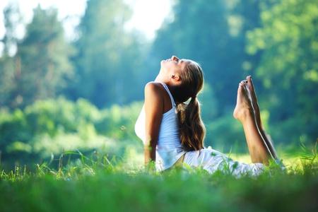 Photo pour yoga woman on green park background - image libre de droit