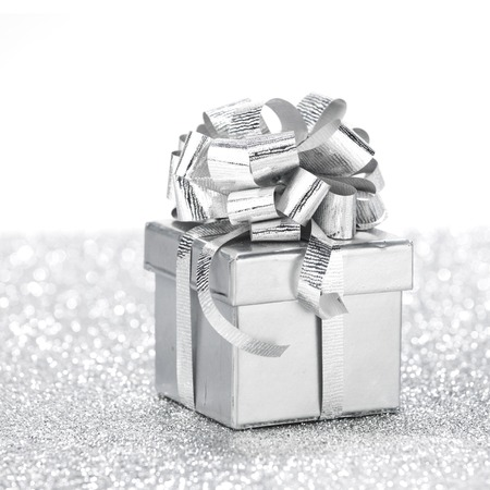Foto de Decorative holiday Gift box on bright shiny background - Imagen libre de derechos