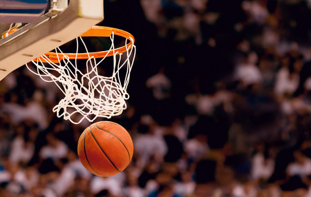 Photo pour Scoring the winning points at a basketball game - image libre de droit