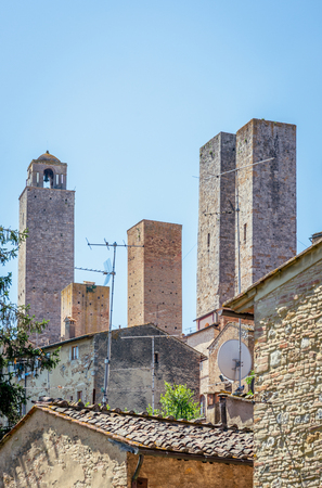 Foto de Vertical photo with view on very famous and ancient ancestral family towers in town San Gimignano. - Imagen libre de derechos