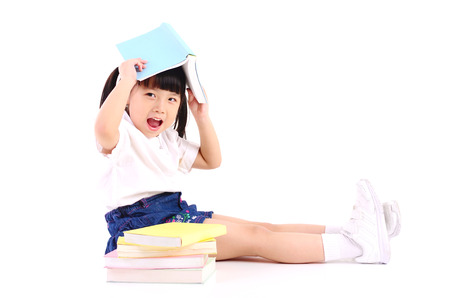 Photo pour Asian girl sitting on the floor and reading book - image libre de droit