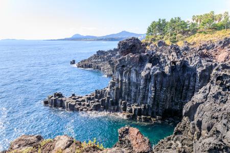 Foto de The Daepo Jusangjeolli basalt columnar joints and cliffs on Jeju Island, South Korea - Imagen libre de derechos