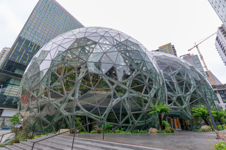 Foto de Seattle, Washington - June 30, 2018 : View of Amazon the Spheres at its Seattle headquarters and office tower in Seattle WA USA - Imagen libre de derechos