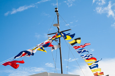 Foto de Mast with signal flags against blue sky - Imagen libre de derechos