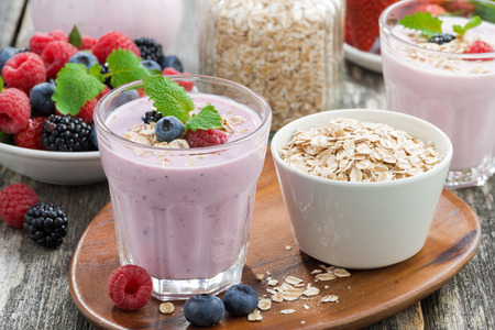 Photo pour berry smoothie with oatmeal in a glass, horizontal - image libre de droit